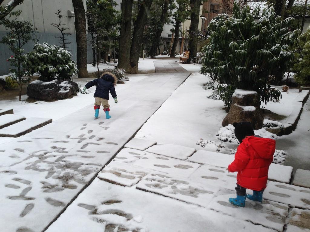 数少ない雪の日で遊ぶ子供たち